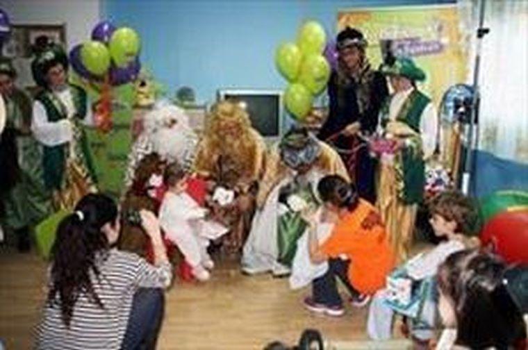 Los Reyes Magos visitan el Hospital de Mérida acompañados de La Botica de los Perfumes