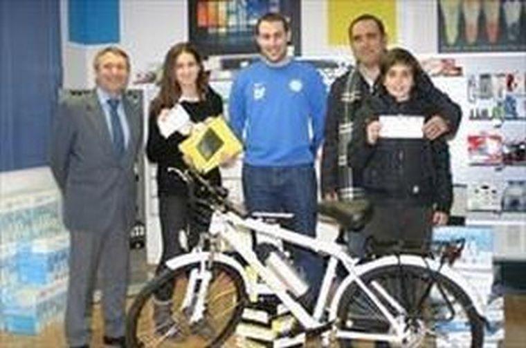 Deporte Plus hace la entrega de los premios de su sorteo de navidad en la tienda de Color Plus Central
