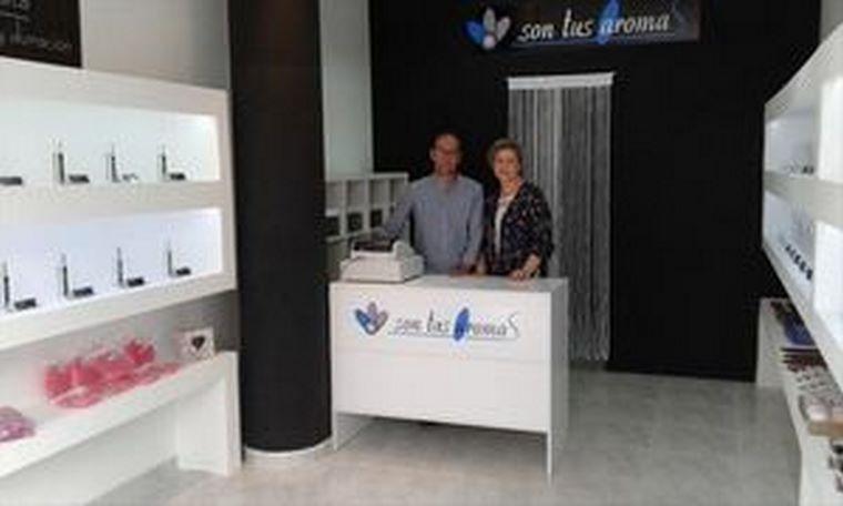 Dos emprendedores se inician en el mundo de la perfumería especializada, de la mano de Son Tus Aromas, inaugurando tienda en Campillos (Málaga) y Madrid