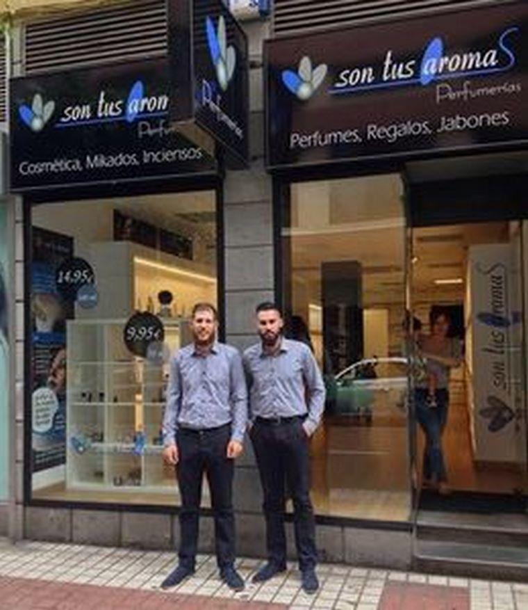 Dos jóvenes emprendedores se ponen al frente de la segunda perfumería de la cadena Son Tus Aromas abierta en Las Palmas de Gran Canaria